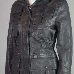 détail de poches veste en cuir Chanel